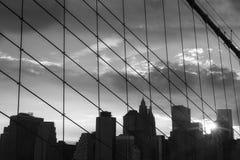 New York Manhattan skyskrapa på solnedgången för Brooklyn bro Arkivfoto