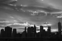 New York Manhattan skyskrapa på solnedgången för Brooklyn bro Arkivbild