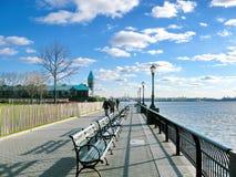 New York: Marciapiede del parco di batteria un giorno soleggiato Immagini Stock