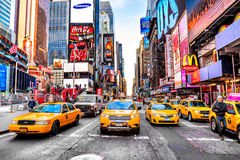 NEW YORK - 25 MARZO: Times Square, descritto con il Th di Broadway Fotografie Stock
