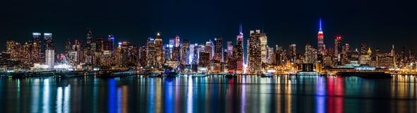 New York midtownpanorama vid natt royaltyfri bild