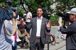 New York, neuer York-Juli sechsundzwanzigster, 2017: Jesse Watters von Fox News-Leitinterviews in Union Square -Park, NYC Stockbilder