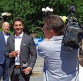 New York, neuer York-Juli sechsundzwanzigster, 2017: Jesse Watters von Fox News-Leitinterviews in Union Square -Park, NYC Lizenzfreie Stockbilder