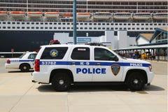 Блок New York - New Jersey K-9 полиции управления порта обеспечивая безопасность для туристического судна ферзя Mary 2 Стоковые Изображения