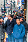 NEW YORK, NEW YORK - 30 DE DEZEMBRO DE 2013: Muitos povos do turista em New York, Manhattan 5a avenida Imagens de Stock