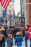 NEW YORK, NEW YORK - 30 DE DEZEMBRO DE 2013: Muitos povos do turista em New York, Manhattan 5a avenida Fotos de Stock