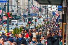 NEW YORK, NEW YORK - 30 DE DEZEMBRO DE 2013: Muitos povos do turista em New York, Manhattan 5a avenida Foto de Stock