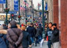 NEW YORK, NEW YORK - 30 DE DEZEMBRO DE 2013: Muitos povos do turista em New York, Manhattan 5a avenida Fotografia de Stock