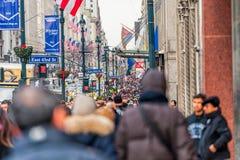 NEW YORK, NEW YORK - 30 DE DEZEMBRO DE 2013: Muitos povos do turista em New York, Manhattan 5a avenida Imagem de Stock Royalty Free