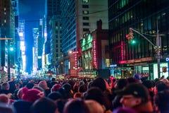 NEW YORK, NEW YORK - 31 DE DEZEMBRO DE 2013: Rua de New York antes da véspera de anos novos Gota de espera da bola dos povos Fotografia de Stock Royalty Free