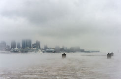NEW YORK, NEW YORK - 11 DE JANEIRO DE 2014: O Rio Hudson no inverno com Misty New York Cityscape no fundo Imagem de Stock