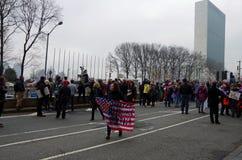 New York, New York, de V.S. 21 Januari, 2017: De protesteerders verzamelen zich voor maart van vrouwen in Manhattan, New York Royalty-vrije Stock Foto