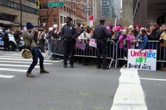 New York, New York, de V.S. 21 Januari, 2017: De protesteerders verzamelen zich voor maart van vrouwen in Manhattan, New York Stock Afbeelding