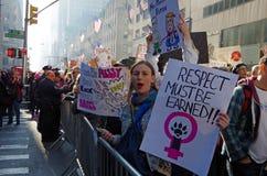 New York, New York, de V.S. 21 Januari, 2017: De protesteerders verzamelen zich voor vrouwen ` s maart in Manhattan, New York Stock Foto's
