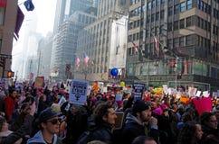New York, New York, de V.S. 21 Januari, 2017: De protesteerders verzamelen zich voor vrouwen ` s maart in Manhattan, New York Stock Fotografie