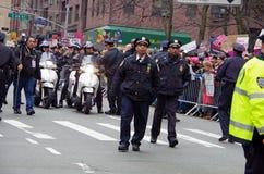 New York, New York, de V.S. 21 Januari, 2017: NYPD op scène voor vrouwen` s maart protest in Manhattan, New York Royalty-vrije Stock Fotografie