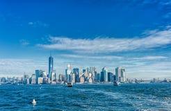 NEW YORK, NEW YORK - DECEMBER 28, 2013: Cityscape met New York Veerboot op Achtergrond Twee silhouetten van mensen en bomen op ee Royalty-vrije Stock Afbeeldingen