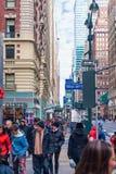 NEW YORK, NEW YORK - DECEMBER 27, 2013: De Straat van New York met Toerist na Kerstmis Royalty-vrije Stock Afbeeldingen