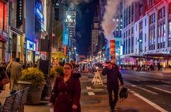 NEW YORK, NEW YORK - DECEMBER 31, 2013: De Straat van New York vóór Nieuwjarenvooravond Stock Foto