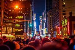 NEW YORK, NEW YORK - DECEMBER 31, 2013: De Straat van New York vóór Nieuwjarenvooravond Mensen die Baldaling wachten Stock Foto