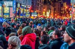 NEW YORK, NEW YORK - DECEMBER 31, 2013: De Straat van New York vóór Nieuwjarenvooravond Mensen die Baldaling wachten Stock Fotografie