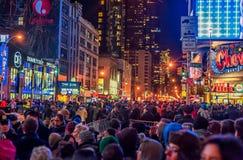NEW YORK, NEW YORK - DECEMBER 31, 2013: De Straat van New York vóór Nieuwjarenvooravond Mensen die Baldaling wachten Royalty-vrije Stock Foto's