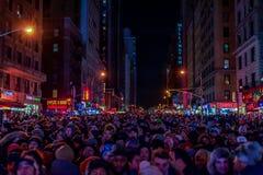 NEW YORK, NEW YORK - DECEMBER 31, 2013: De Straat van New York vóór Nieuwjarenvooravond Mensen die Baldaling wachten Royalty-vrije Stock Afbeelding
