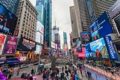 NEW YORK, NEW YORK - DECEMBER 27, 2013: New York Times-Vierkant met Toerist na Kerstmis Royalty-vrije Stock Afbeelding