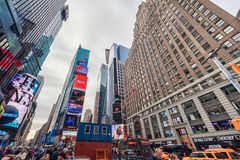 NEW YORK, NEW YORK - DECEMBER 27, 2013: New York Times-Vierkant met Toerist na Kerstmis Stock Afbeeldingen