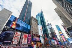 NEW YORK, NEW YORK - DECEMBER 27, 2013: New York Times-Vierkant met Toerist na Kerstmis Stock Foto's