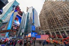 NEW YORK, NEW YORK - DECEMBER 27, 2013: New York Times-Vierkant met Toerist na Kerstmis Stock Afbeelding