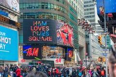 NEW YORK, NEW YORK - DECEMBER 27, 2013: New York Times-Vierkant met Toerist na Kerstmis Stock Foto
