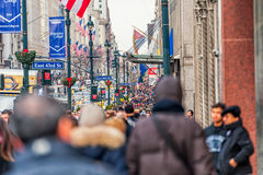 NEW YORK, NEW YORK - DECEMBER 30, 2013: Vele Toeristenmensen in New York, Manhattan 5de Weg Royalty-vrije Stock Afbeelding