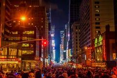 NEW YORK, NEW YORK - 31 DICEMBRE 2013: Via di New York prima dei nuovi anni EVE Goccia aspettante della palla della gente Immagini Stock Libere da Diritti
