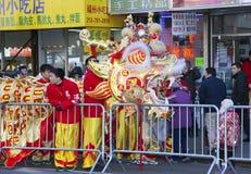 Arbeitskräfte setzten weg chinesisches Drachekostüm Stockfotos
