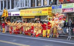 Arbeitskräfte setzten weg chinesisches Drachekostüm Lizenzfreies Stockfoto