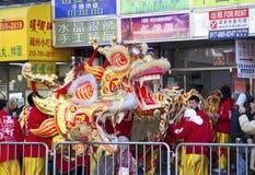 Arbeitskräfte setzten weg chinesisches Drachekostüm Stockfoto