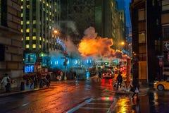 NEW YORK, NEW YORK - 10 GENNAIO 2014: Azione della via di New York con fumo e la gente Fotografia Stock