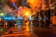 NEW YORK, NEW YORK - 10 GENNAIO 2014: Paesaggio urbano di New York con fumo nella via Immagini Stock Libere da Diritti