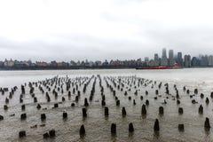 NEW YORK, NEW YORK - 11. JANUAR 2014: Der Hudson im Winter mit Misty New Your Cityscape im Hintergrund Schiff im Fluss Lizenzfreies Stockbild