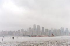 NEW YORK, NEW YORK - JANUARI 11, 2014: Hudsonrivier in de Winter met Misty New Your Cityscape op Achtergrond Schip in rivier Royalty-vrije Stock Fotografie