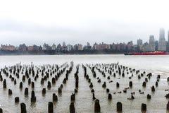 NEW YORK, NEW YORK - JANUARI 11, 2014: Hudsonrivier in de Winter met Misty New Your Cityscape op Achtergrond Schip in rivier Stock Afbeeldingen