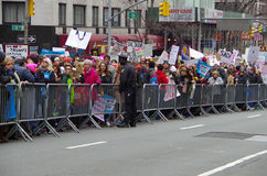New York, New York, S.U.A. 21 gennaio 2017: I dimostranti si riuniscono per il marzo del ` s delle donne in Manhattan, New York Fotografie Stock