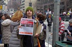 New York, New York, S.U.A. 21 gennaio 2017: I dimostranti si riuniscono per il marzo del ` s delle donne in Manhattan, New York Immagine Stock Libera da Diritti