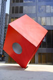 NEW YORK - November 18 2008: Noguchis röda kub framme av den HSBC banken Arkivfoto