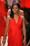 NEW YORK, NY - 6 DE FEVEREIRO: Gabrielle Douglas que veste caminhadas de Pamella Rolland a pista de decolagem na coleção vermelha  Imagem de Stock Royalty Free