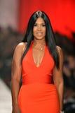 NEW YORK, NY - 6 FÉVRIER : Toni Braxton s'usant des promenades de Herve L. Leroux la piste à la collection rouge de la robe de la  photographie stock libre de droits