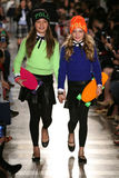 NEW YORK, NY - 19 DE MAIO: Caminhada dos modelos a pista de decolagem no desfile de moda das crianças de Ralph Lauren Fall 14 Foto de Stock Royalty Free