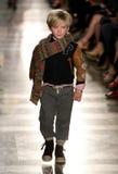 NEW YORK, NY - 19 DE MAIO: Um modelo anda a pista de decolagem no desfile de moda das crianças de Ralph Lauren Fall 14 Imagens de Stock