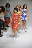 NEW YORK, NY - 19 DE OUTUBRO: A caminhada dos modelos o final da pista de decolagem durante a estreia da roupa do Aria Children n Foto de Stock